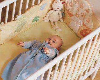 Риск внезапной смерти младенца в пять раз выше, если малыш спит в кровати своих родителей