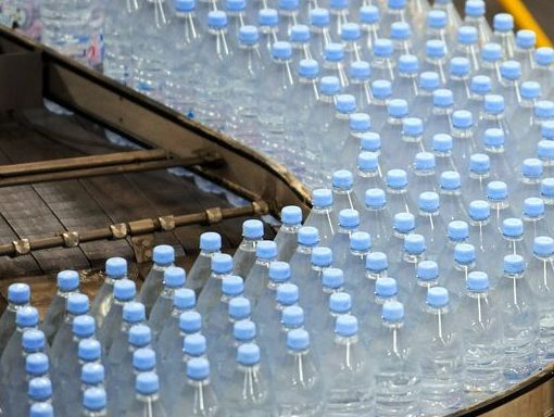 Вода из пластиковых бутылок опасна в летнее время