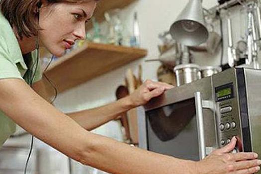 Микроволновая печь уничтожает полезные вещества в продуктах