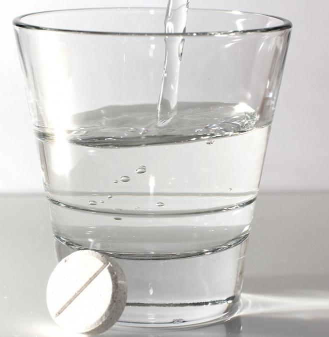 От болей в горле помогает полоскание с аспирином