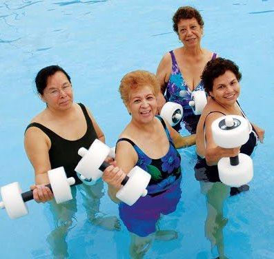 Гипертоникам для снижения давления показана аквааэробика