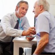 Установка слухового аппарата и лечение катаракты спасают от слабоумия