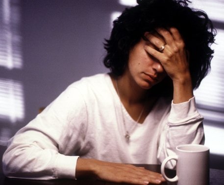 Причиной частых депрессий в зрелом возрасте может быть алкогольная или наркотическая зависимость родителей
