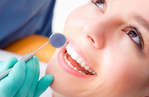 Стоматологи сомневаются в эффективности полоскания рта средствами из супермаркетов
