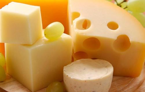 После еды сыр очищает зубы не хуже жевательной резинки