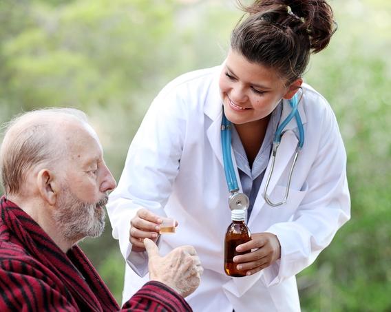 Женщины-врачи ответственнее, но медлительнее врачей-мужчин
