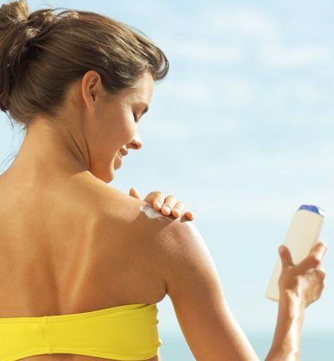 Онкологи предупреждают — солнцезащитные кремы не защищают