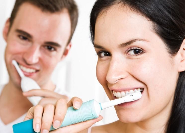 Электрические зубные щетки очищают гораздо лучше мануальных